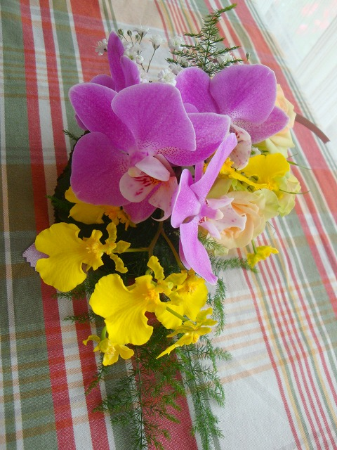 生花,コサージュ,胡蝶蘭,オンシジュームバラかすみ草,アスパラペラ